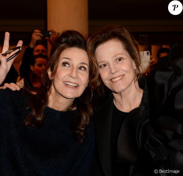 """Sigourney Weaver et Valérie Lemercier - Défilé de mode Haute-Couture printemps-été 2019 """"Stéphane Rolland"""" à Paris. Le 22 janvier 2019 © Veeren-CVS / Bestimage"""