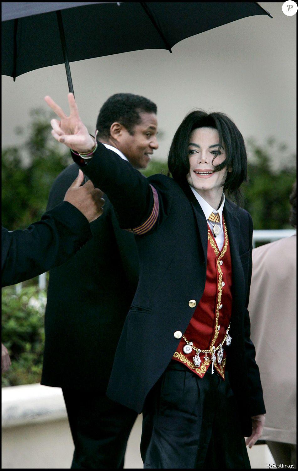 Michael Jackson lors de son arrivée au tribunal de Santa Maria en 2005.
