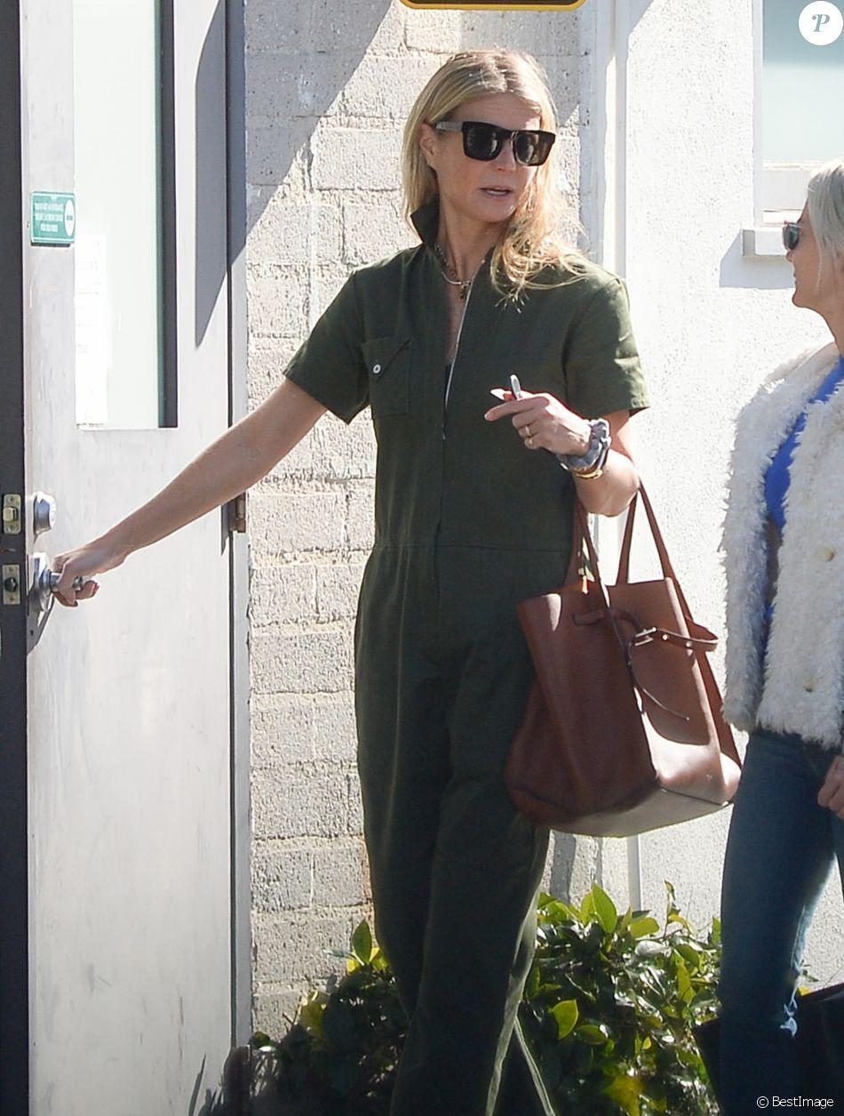 Exclusif - Gwyneth Paltrow discute avec une amie dans la rue à Los Angeles le 24 janvier 2019 24/01/2019 - Los Angeles