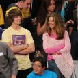Christopher Schwarzenegger et sa mère Maria Shriver lors du match opposant les Lakers au Denver Nuggets à Los Angeles le 27 mai 2009