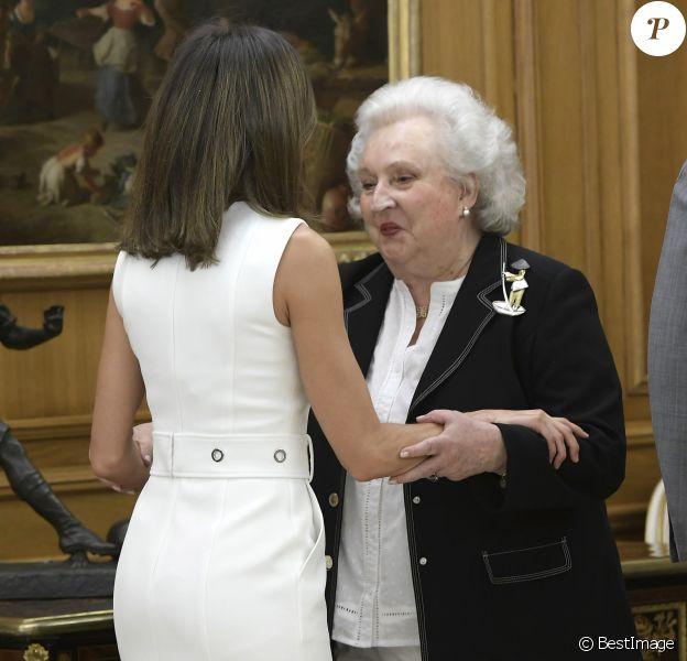 """L'infante Pilar de Bourbon salue la reine Letizia d'Espagne lors d'une audience des membres de l'association """"Nuevo Futuro"""" au palais de la Zarzuela à Madrid le 10 juillet 2018."""