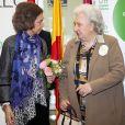 La reine Sofia d'Espagne et l'infante Pilar de Bourbon lors de la vente caritative ''Rastrillo Nuevo Futuro 2016'' à Madrid, le 22 novembre 2016.