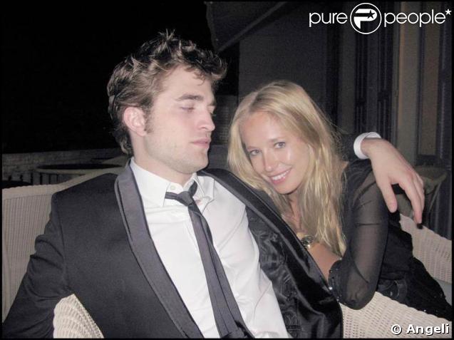 Robert Pattinson, très bien accompagné lors de la soirée de l'amfAR, le 21 mai 2009, lors du Festival de Cannes !
