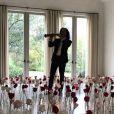 Kenny G joue du saxophone dans le salon de Kim Kardashian, décoré de roses. Février 2019.