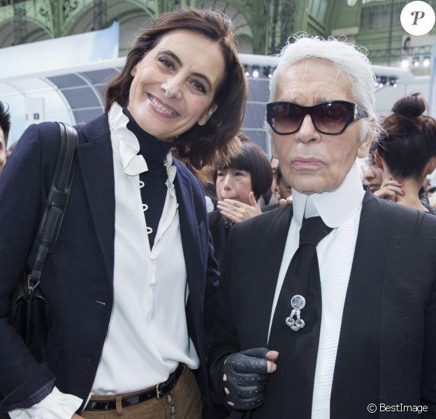 """Inès de la Fressange et Karl Lagerfeld au défilé de mode """"Chanel"""", collection prêt-à-porter printemps-été 2016, au Grand Palais à Paris. Le 6 octobre 2015"""