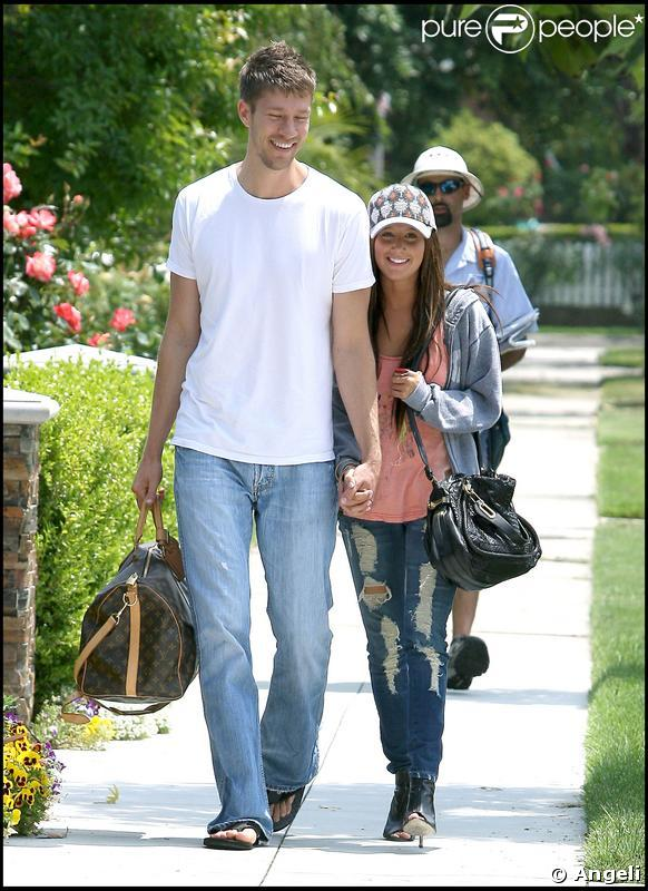 Ashley Tisdale et son nouveau boyfriend, Scott Speer se promènent à Toluca Lake en Californie le 1 juin 2009