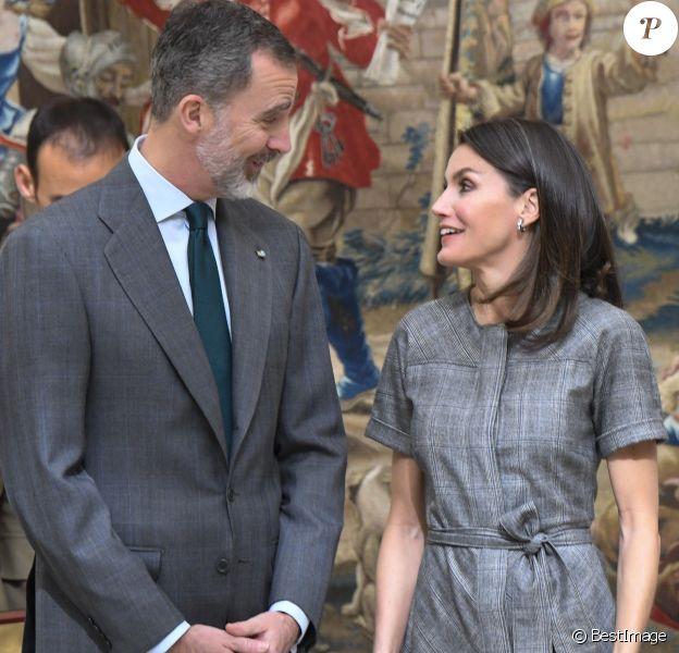 La reine Letizia (robe Massimo Dutti, escarpins et pochette Magrit, boucles d'oreilles Bulgari) et le roi Felipe VI d'Espagne lors de la remise des Prix nationaux de la recherche le 21 février 2019 au palais du Pardo à Madrid.