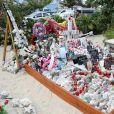 Exclusif - Des fans se reccueillent sur la tombe de Johnny Hallyday pour le premier anniversaire de sa mort au cimetière marin de Lorient à Saint-Barthélemy le 4 décembre 2018.