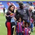Majda et Mamdou Sakho avec leurs trois enfants Tidiane, Aida et Sienna sur la pelouse de Crystal Palace. Mai 2018.