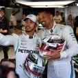L'acteur américain Will Smith et le pilote britannique Lewis Hamilton posent ensemble dans les paddocks lors du Grand Prix d'Abu Dhabi, Emirats arabes Unis, le 25 novembre 2018.