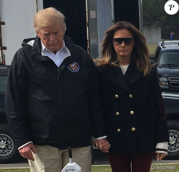 Le président des États-Unis, Donald Trump et la première dame Melania Trump rendent hommage aux 23 personnes décédées suite à la tornade à Opelika en Alabama le mars 2019.