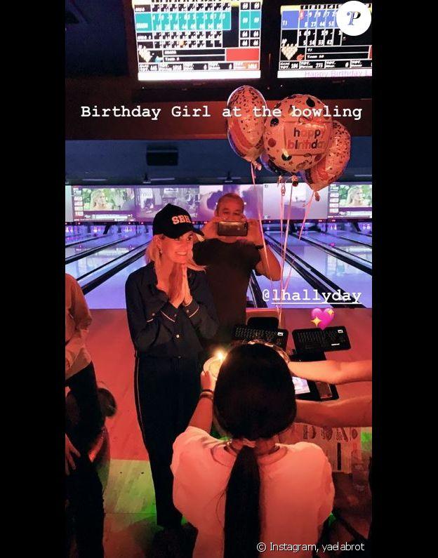 Laeticia Hallyday a passé sa soirée d'anniversaire (44 ans) dans un bowling de Los Angeles. Instagram, le 18 mars 2017.