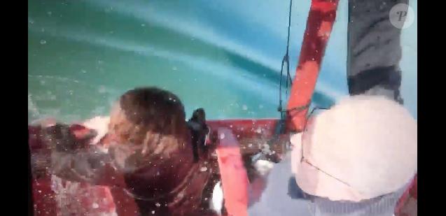 Fanny Agostini (Thalassa) chahutée et paniquée lors de la chute de sa montgolfière le 22 mars 2019 dans le golfe du Morbihan.