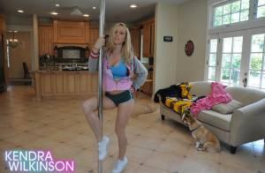 Kendra Wilkinson, l'ancienne playmate, vous donne une leçon de barre de striptease...