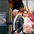Michelle Obama et ses filles Sasha et Malia faisant du shopping chez Bonpoint à Paris le 7 juin 2009 : ici Malia