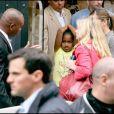 Michelle Obama et ses filles Sasha et Malia faisant du shopping chez Bonpoint à Paris le 7 juin 2009 : ici Sasha