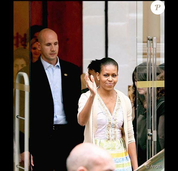 Michelle Obama et ses filles Sasha et Malia faisant du shopping chez Bonpoint à Paris le 7 juin 2009