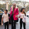 Laeticia Hallyday récupère ses filles devant le domicile de son amie Anne Marcassus puis lui rend visite à Paris le 16 octobre 2018.