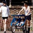 Tom Cruise et Nicole Kidman avec Isabella et Connor bébés en février 2001.