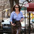 Katie Holmes porte une jupe crayon en cuir marron très échancrée sur la cuisse en balade dans les rues de New York, le 14 mars 2019