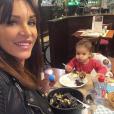 Julia Paredes et sa fille Luna au restaurant - Instagram, 29 mars 2019