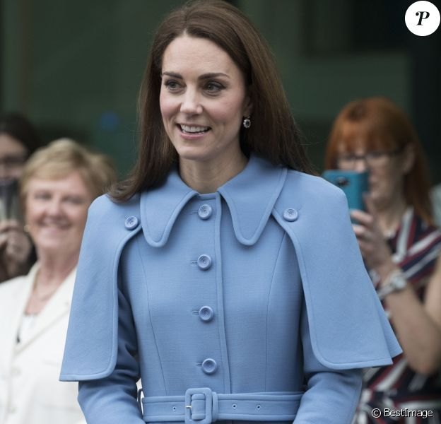 Le prince William, duc de Cambridge et Catherine Kate Middleton, duchesse de Cambridge, saluent les habitants de Ballymena en Irlande du Nord le 28 février 2019.