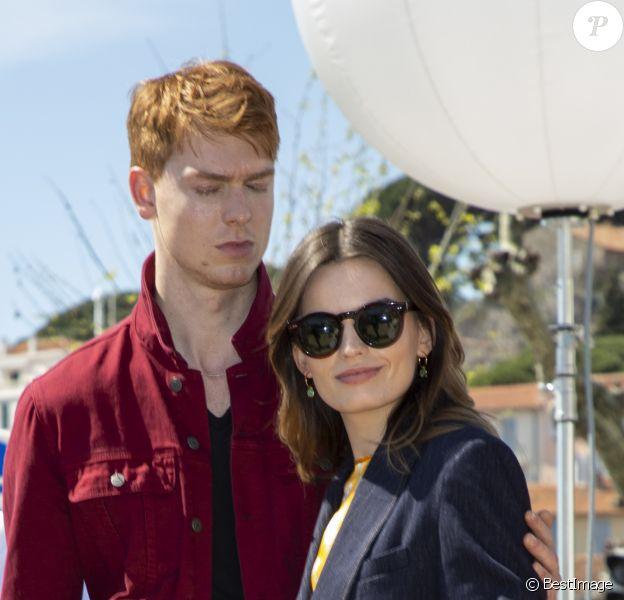 Emma Mackey et son compagnon Dan Whitlam se baladent en amoureux en marge de la 2ème édition du festival Canneseries, à Cannes, le 9 avril 2019.