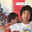 """Laeticia Hallyday sur Instagram, le 15 avril 2019. Voyage au Vietnam avec ses filles, Jade et Joy. Elles ont visité l'association de LaeticiaHallyday et Hélène Darroze """"La bonne étoile"""", qui vient en aide aux orphelins vietnamiens."""