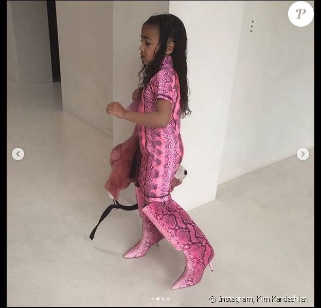 North West, la fille de Kim Kardashian et Kanye West, s'habille toute seule et enfile les bottes de sa maman. Avril 2019.