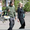 Lance Armstrong devant l'hôpital d'Aspen, avec sa compagne et son petit dernier Max