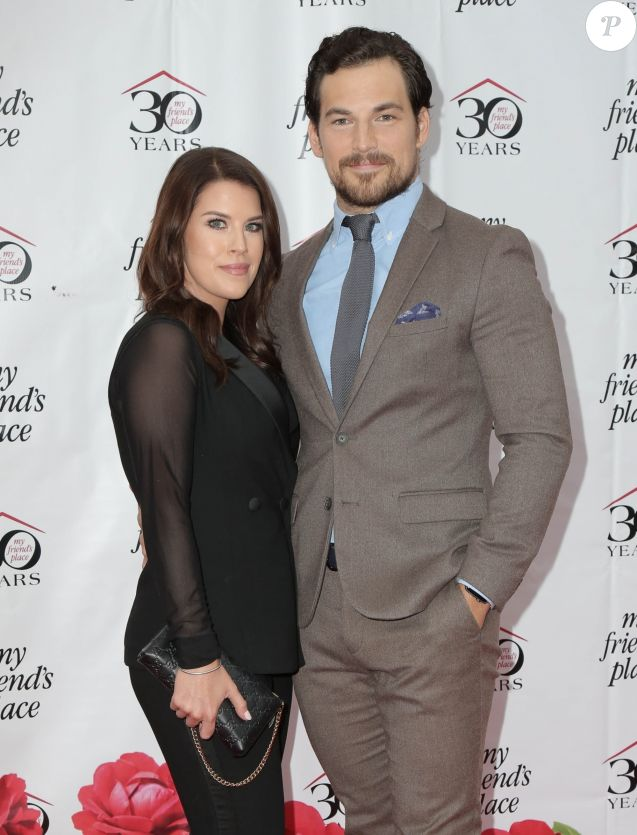 Giacomo Gianniotti et sa fiancée Nichole Gustafson au 30e gala annual My Friend's Place au Hollywood Palladium à Los Angeles, le 7 avril 2018.