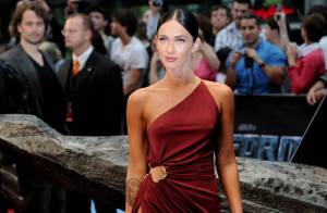 Une robe très fendue et très décolletée... la torride Megan Fox maîtrise l'art de la promotion !
