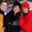 Selena Gomez tout sourire avec des copines au ski. Il s'agit de sa première apparition depuis sa sortie de clinique psychiatrique. Décembre 2018.