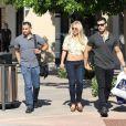 Britney Spears, souriante et rayonnante, se balade main dans la main avec son compagnon Sam Asghari à Camarillo en Californie. Britney est accompagnée de son garde du corps. Le 17 mai 2019