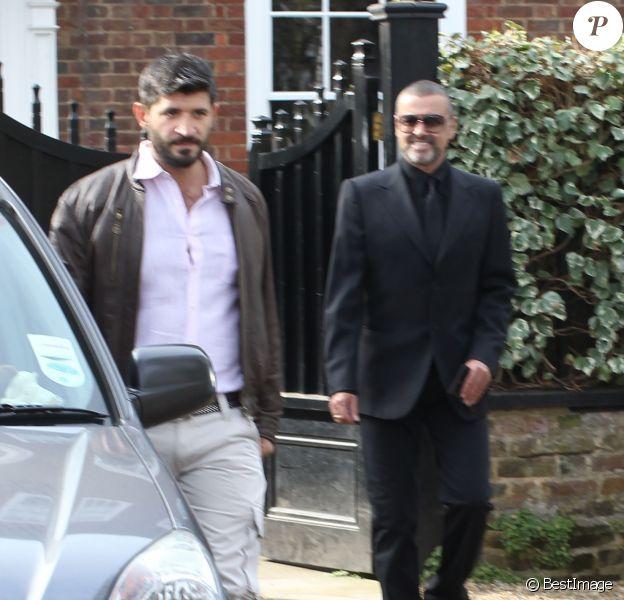George Michael quitte son domicile avec son petit-ami Fadi Fawaz, à Londres, le 14 mars 2012.