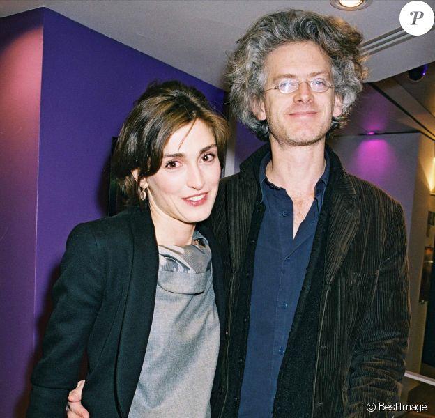 Julie Gayet et Santiago Amigorena à Paris, le 26 mars 2004.