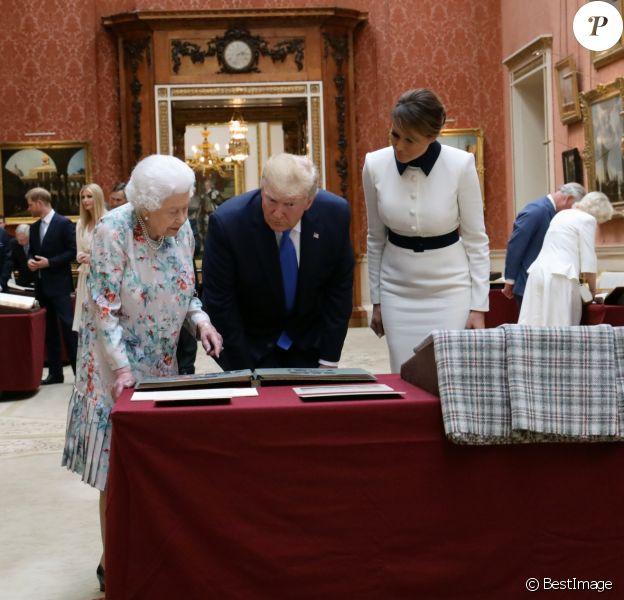La reine Elisabeth II d'Angleterre, Donald Trump et sa femme Melania en visite dans la Picture Gallery au palais de Buckingham à Londres. Le 3 juin 2019