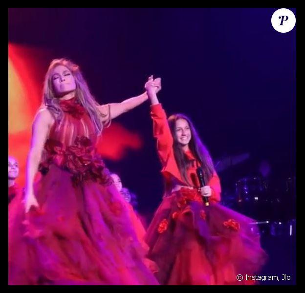 Jennifer Lopez chante avec sa fille Emme le 7 juin 2019 lors de son concert au Forum à Inglewood, en Californie.
