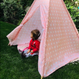 Roméo (11 mois), le fils de Sylvie Tellier et son mari Laurent, s'amuse dans son tipi dans le jardin le 10 juin 2019.