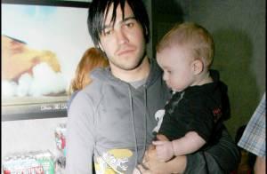 Pendant qu'Ashlee Simpson porte un sac improbable... Pete Wentz porte le bébé ! Trop mignons !