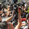 Najila Trindade Mendes de Souza se cache des photographes et de la foule à la sortie du poste de police de Sao Paulo au Brésil. Le 7 juin 2019.