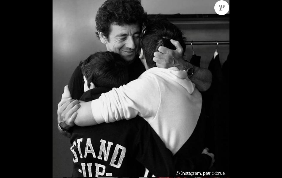 Patrick Bruel pose avec ses fils Oscar et Léon, dans les coulisses de son concert à Orléans, le 13 juin 2019