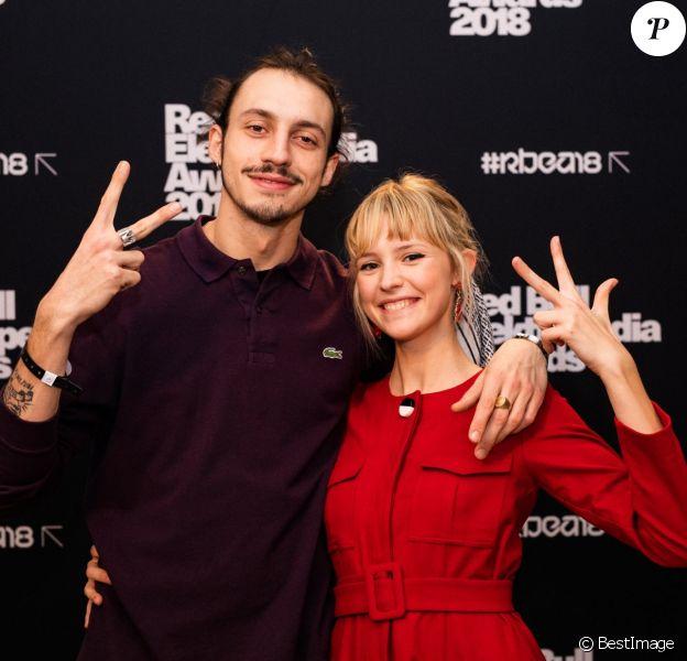 Angèle et son frère le rappeur Roméo Elvis lors de la 8e édition des Red Bull Elektropedia Awards à Bruxelles, Belgique, le 13 novembre 2018.
