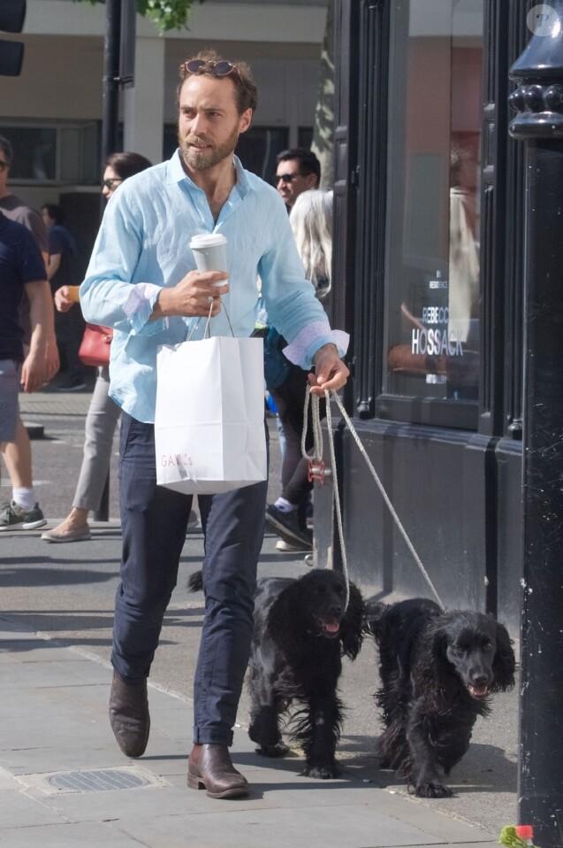 Exclusif - James Middleton va promener ses chiens et faire quelques achats à Londres le 23 Mai 2019.