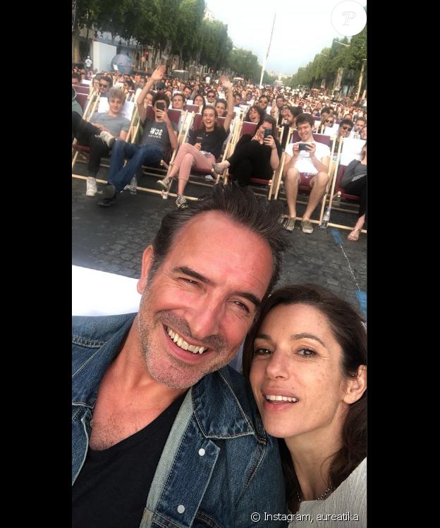 """Aure Atika et Jean Dujardin sur les Champs pour la projection de """"OSS 117 : Le Caire, nid d'espions"""", le 7 juillet 2019."""