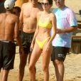 Kendall Jenner et des amis, dont les top models Cindy Bruna et Joan Smalls, et la chanteuse Justine Skye, s'éclatent sur la plage à Mykonos. Au programme: baignade, selfies de groupe, bronzette et verre de vin rosé sur un transat. Mykonos, le 8 juillet 2019.