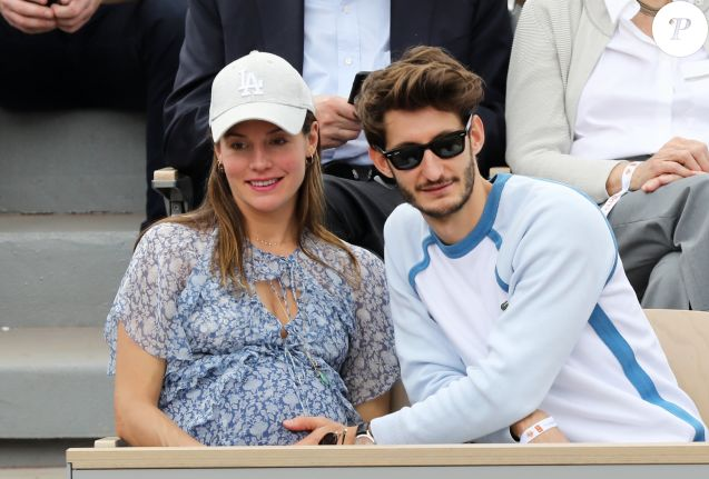 Pierre Niney et sa compagne Natasha Andrews (enceinte) - Célébrités dans les tribunes des internationaux de France de tennis de Roland Garros à Paris, France, le 9 juin 2019. © Jacovides-Moreau/Bestimage