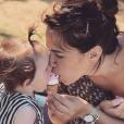 """Tiffany de """"Mariés au premier regard"""" partage une glace avec sa fille Romy, le 10 juillet 2019"""