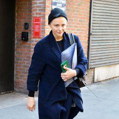 Chloe Grace Moretz à la sortie de son cours de gym à New York, le 7 mai 2019. Elle porte un bonnet et des baskets Adidas.
