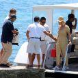 Katy Perry porte une combinaison pantalon fleurie et un chapeau de paille à son arrivée en bateau à Ibiza, le 28 juillet 2019.